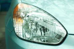 Regendruppels op een koplamp van metaal blauw autoclose-up royalty-vrije stock foto's