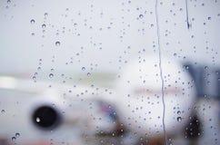 Regendruppels op een luchthavenvenster Stock Fotografie