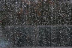 Regendruppels op een venster stock fotografie