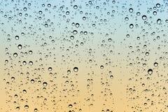 Regendruppels op glas Stock Afbeeldingen