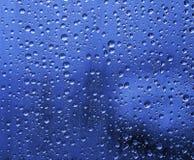 Regendruppels op glas stock fotografie