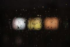 regendruppels op glas en vensters van het huis tegengesteld aan de grote stad royalty-vrije stock foto
