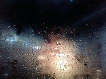 Regendruppels op het autoraam stock afbeeldingen