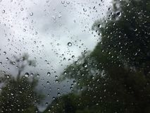 Regendruppels op het glas royalty-vrije stock afbeeldingen