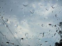 Regendruppels op het glas Stock Afbeeldingen