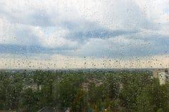 Regendruppels op het glas Stock Fotografie