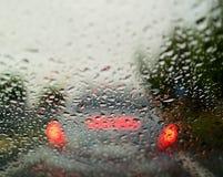 Regendruppels op het glas van de auto royalty-vrije stock fotografie