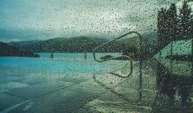 Regendruppels op het venster Neveleffect Stock Fotografie