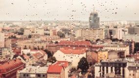 Regendruppels op het vuile glas, achter het glas vage panorama royalty-vrije stock foto