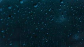 Regendruppels op venster stock footage