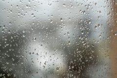 Regendruppels op venster, regenachtig weer Abstracte grijze achtergrond, te Royalty-vrije Stock Foto's