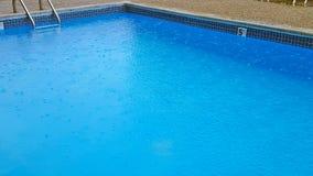 Regendruppels op zwembad Royalty-vrije Stock Foto