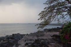 Regenend op het strand van Yong Star in Palian, Trang Stock Afbeeldingen