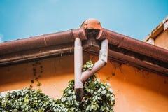 Regengossensystem und Dachschutz Lizenzfreie Stockfotografie
