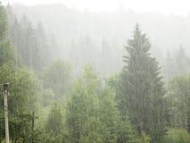 Regenguß in den Bergen Lizenzfreie Stockfotografie