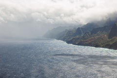 Regenonweer over de Kust van Na Pali op Kauai Royalty-vrije Stock Foto's