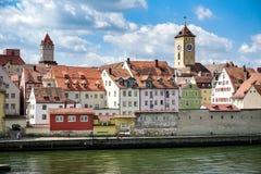 Regensburg, Alemania - julio, 09 2016: Visión desde el río Danubio del Hauses y de las torres viejos fotos de archivo libres de regalías