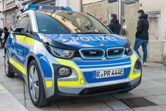 Regensburg, Bavaria, Niemcy, Listopad 04, 2018, Niemiecki samochód policyjny na Neupfarrplatz przy karnawałową paradą w Regensbur Zdjęcie Stock