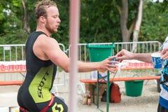 Regensburg, Bavaria, Niemcy, Sierpień 06, 2017, 28th Regensburg Triathlon 2017, biegacz bierze Plastikową filiżankę z wodą Zdjęcie Stock
