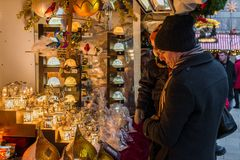 Regensburg, Baviera, Alemanha, o 27 de novembro de 2017: Família em uma tenda no mercado do Natal em Regensburg, Alemanha Imagens de Stock Royalty Free