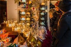 Regensburg, Baviera, Alemanha, o 27 de novembro de 2017: Família em uma tenda no mercado do Natal em Regensburg, Alemanha Imagem de Stock
