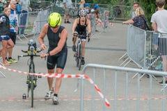 Regensburg, Baviera, Alemania, el 6 de agosto de 2017, 28vo cuarto Triathlon 2017, flexión de Regensburg de un corredor de la bic Fotos de archivo libres de regalías