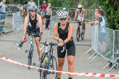 Regensburg, Baviera, Alemania, el 6 de agosto de 2017, 28vo cuarto Triathlon 2017, flexión de Regensburg de un corredor de la bic Fotografía de archivo