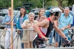 Regensburg, Bayern, Deutschland am 6. August 2017 28. Regensburg-Triathlon 2017, Abwärtstrend eines Fahrradrennläufers im Übergan Stockfotos