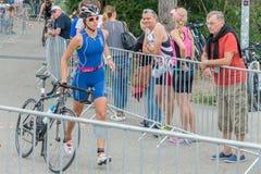 Regensburg, Bayern, Deutschland am 6. August 2017 28. Regensburg-Triathlon 2017, Abwärtstrend eines Fahrradrennläufers im Übergan Lizenzfreies Stockbild