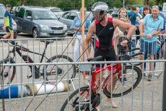 Regensburg, Bayern, Deutschland am 6. August 2017 28. Regensburg-Triathlon 2017, Abwärtstrend eines Fahrradrennläufers im Übergan Stockfotografie