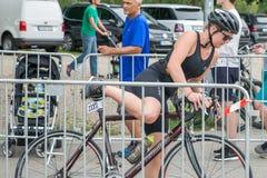 Regensburg, Bayern, Deutschland am 6. August 2017 28. Regensburg-Triathlon 2017, Abwärtstrend eines Fahrradrennläufers im Übergan Stockbilder