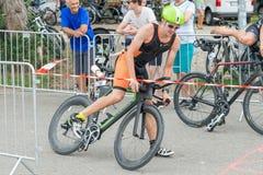 Regensburg, Bayern, Deutschland am 6. August 2017 28. Regensburg-Triathlon 2017, Abwärtstrend eines Fahrradrennläufers im Übergan Lizenzfreies Stockfoto