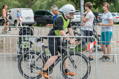 Regensburg, Bayern, Deutschland am 6. August 2017 28. Regensburg-Triathlon 2017, Abwärtstrend eines Fahrradrennläufers im Übergan Lizenzfreie Stockbilder