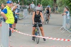 Regensburg, Bayern, Deutschland am 6. August 2017 28. Regensburg-Triathlon 2017, Abwärtstrend eines Fahrradrennläufers im Übergan Stockbild