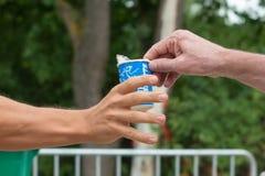 Regensburg, Bayern, Deutschland am 6. August 2017 28. Regensburg-Triathlon 2017, Läufer nimmt eine Plastikschale mit Wasser Lizenzfreie Stockfotografie