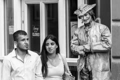 Regensburg Bayern, Tyskland, Augusti 22, 2017: Gatakonstnär som en bosatt staty i den fot- zonen i Regensburg, Tyskland fotografering för bildbyråer