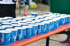 Regensburg Bayern, Tyskland, Augusti 06, 2017, 28th Regensburg Triathlon 2017, plast-koppar med vatten på en drinkstation Arkivfoto