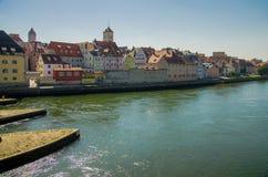 Regensburg, construções coloridas e rio Danúbio em Baviera, Ger imagens de stock royalty free