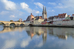 Regensburg domkyrka och stenbro i Regensburg, Tyskland Fotografering för Bildbyråer
