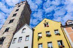Regensburg, Germania - luglio, 09 del 2016: Facciate delle architetture storiche e della torre a Regensburg fotografia stock