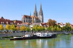 Regensburg-Kathedrale und alter Dampfer, Deutschland Lizenzfreie Stockfotografie