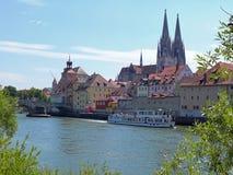Regensburg med domkyrkan som ses från Donauen Arkivbilder