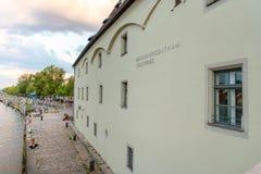 Regensburg, Niemcy - 26 Lipiec, 2018: Solankowy handlu sklep na banku Danube rzeka, dziejowy budynek Inskrypcja na obraz royalty free