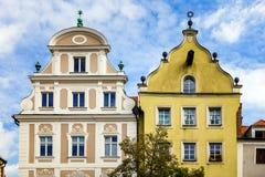 Regensburg Tyskland - Juli, 09 2016: Fasader och gavlar av historisk arkitektur i Regensburg arkivbilder