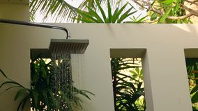 Regenschauer im Freien im tropischen Land stock video