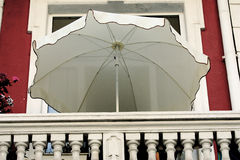 Regenschirm auf dem Balkon Stockfotografie