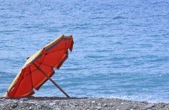 Regenschirm auf dem Meer Stockbild