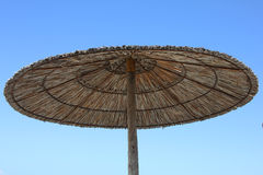 Regenschirm auf dem Strand lizenzfreies stockbild