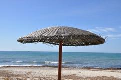 Regenschirm auf dem Strand Stockfotografie