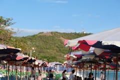 Regenschirm auf dem Strand Stockbilder